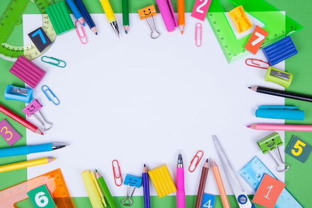 Плоская планировка канцелярских и школьных принадлежностей.