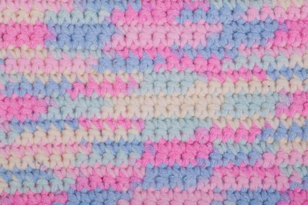 かぎ針編み、手作り、裁縫。色とりどりのかせと古い木製の背景にフック