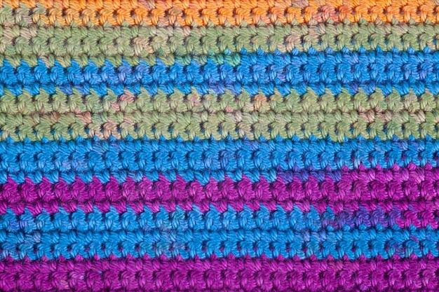 かぎ針編み、手作り、裁縫。ストライプニットテクスチャのマクロ背景テクスチャを閉じます。