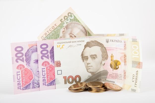 ウクライナの紙幣、白い背景の上のお金のスタック