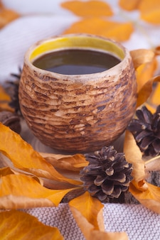 Осенние листья чашка горячего кофе
