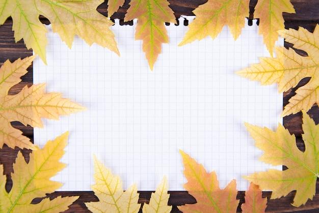 メモ帳にある黄色の落ちたカエデの葉
