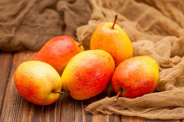 木製の茶色に明るいオレンジ熟した梨