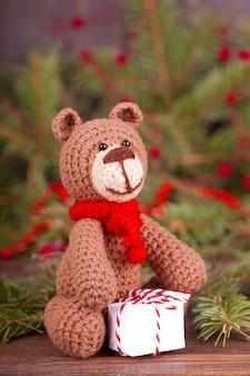 小さなニットのクマ、新年の贈り物。