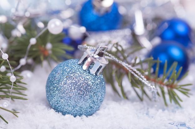 雪の上の青いクリスマスボール