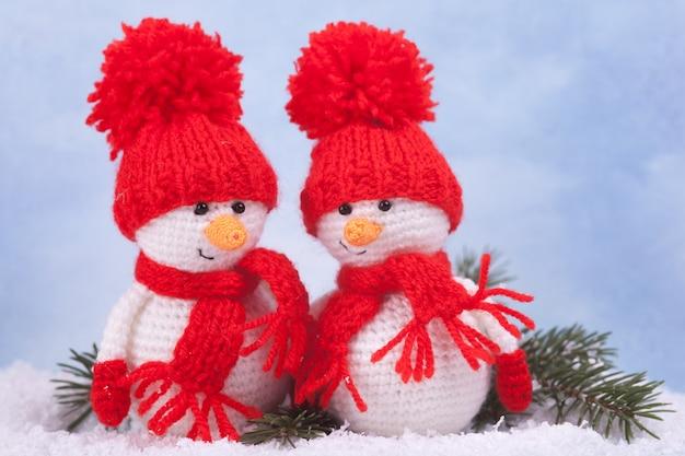 ニット雪だるま、新年の贈り物、クリスマスの装飾。編みおもちゃ、あみぐるみ