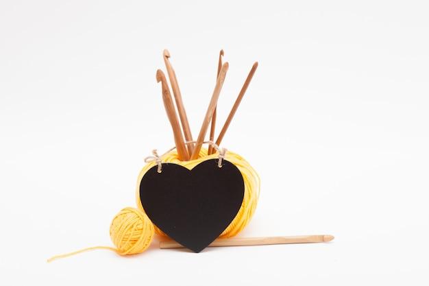Несколько деревянных крючков для вязания