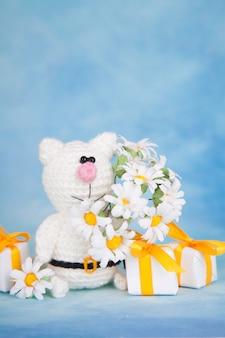 ニット猫。聖バレンタインの装飾。編みおもちゃ、あみぐるみ。バレンタインの日グリーティングカード。