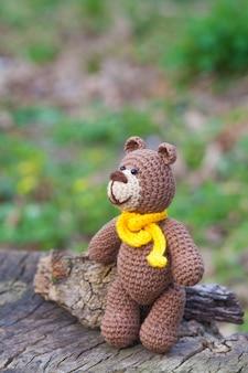 黄色いスカーフと小さなヒグマ。手作りニットおもちゃ