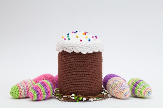 白地にニットのイースター装飾卵。手作り、あみぐるみ