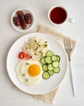 Жареное яйцо с помидорами черри и огурцом, диетическое питание, без глютена