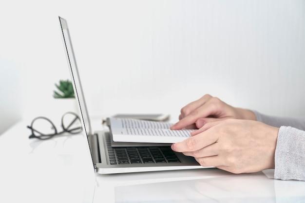女性の本、オフィス作業の概念の情報を検索