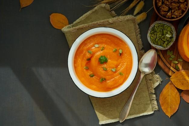 Тыквенный крем-суп с грецкими орехами, сезонное блюдо, рецепт здоровой диеты, копирование, вид сверху
