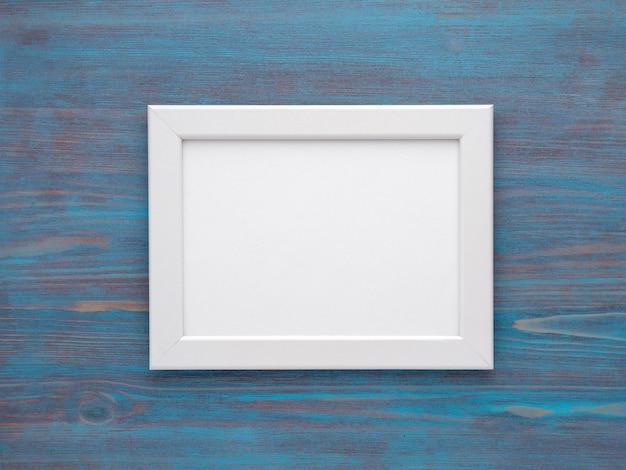 木製の青い背景の写真のためのモカプフレーム