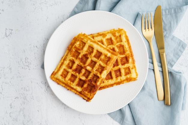 チャッフル、ケトン生成ダイエット健康食品。自家製ケトワッフル、卵、モッツァレラチーズ