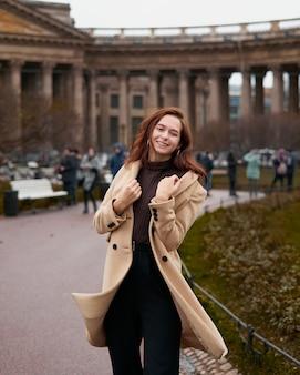 Красивая смешная озорная стильная модная счастливая девушка танцует на улицах санкт-петербурга.