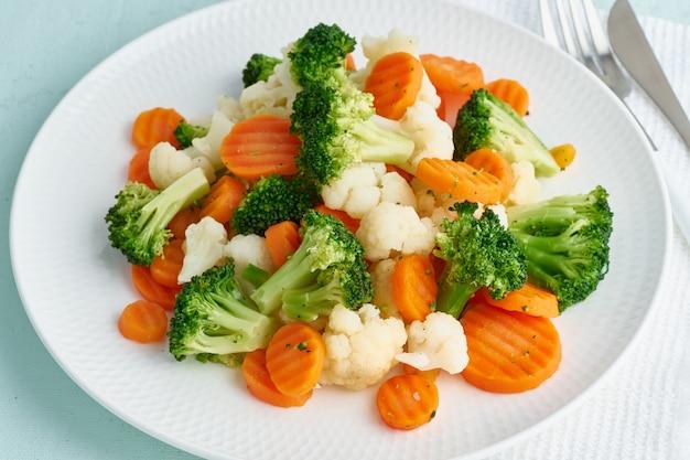 ゆで野菜のミックス。ブロッコリー、ニンジン、カリフラワー。ダイエット用蒸し野菜
