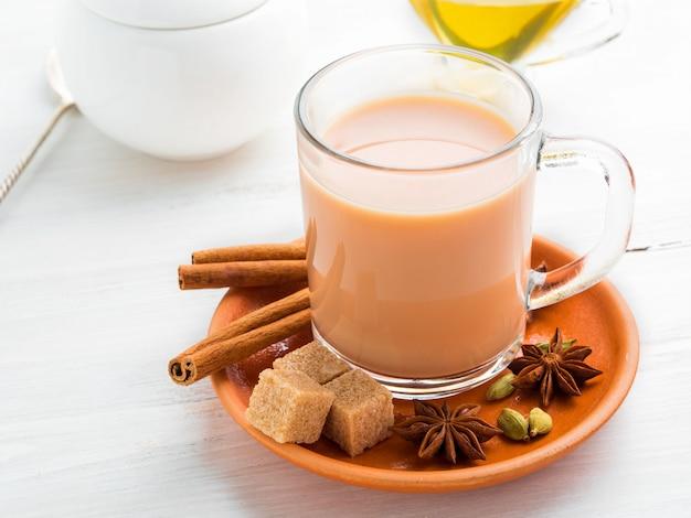マサラインディアンはホーリー祭で飲みます。ガラスのマグカップにミルクとスパイスが入ったお茶。