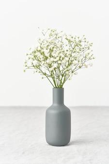 Гипсофила цветы в вазе. мягкий свет, скандинавский минимализм,