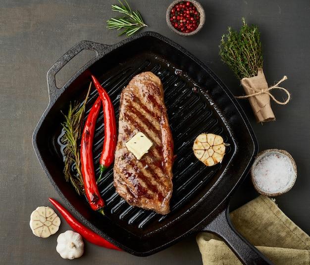 ケトケトジェニックダイエットミディアムビーフステーキ、グリルパンで揚げたストリップロイン。肉、調味料と古食品のレシピ