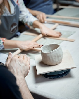 ワークショップで陶器を作る女性。フリーランス、ビジネスの女性のためのコンセプト。手作り