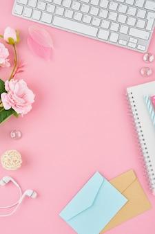 明るいピンクのオフィスのデスクトップの弾丸ジャーナルの空白のメモ帳ページ。ノートブックでモダンな明るいテーブルのトップビュー
