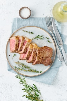 ケトケトジェニックダイエットビーフステーキ、白の灰色のプレートにストリップロイン。
