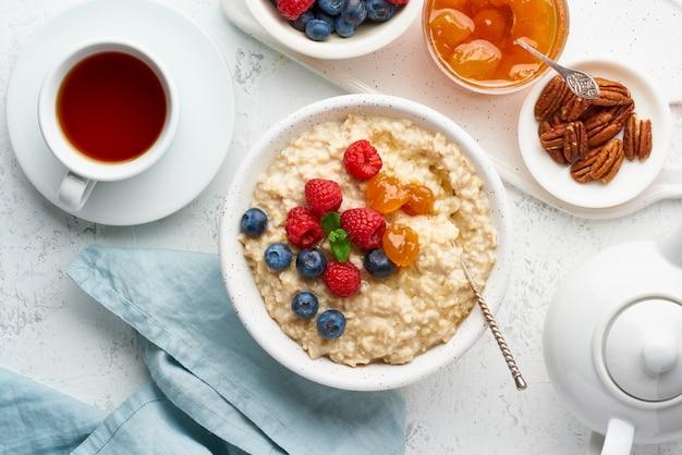 ブルーベリー、ラズベリー、ジャム、ナッツ、上面とオートミールのお粥。果実と朝食します。