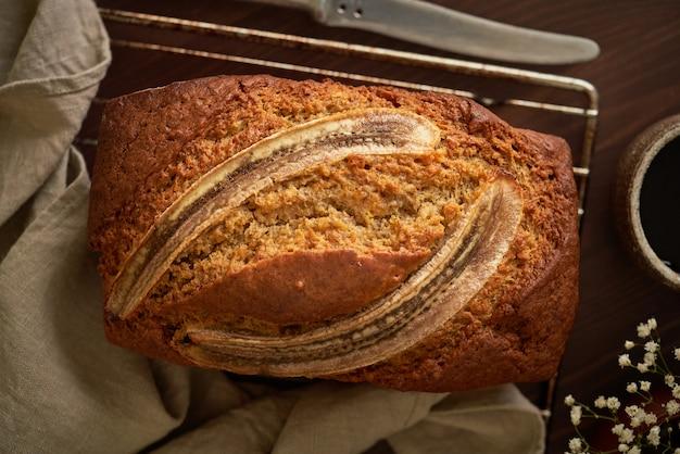 Банановый хлеб. торт с бананом, традиционная американская кухня. целый хлеб. темный фон