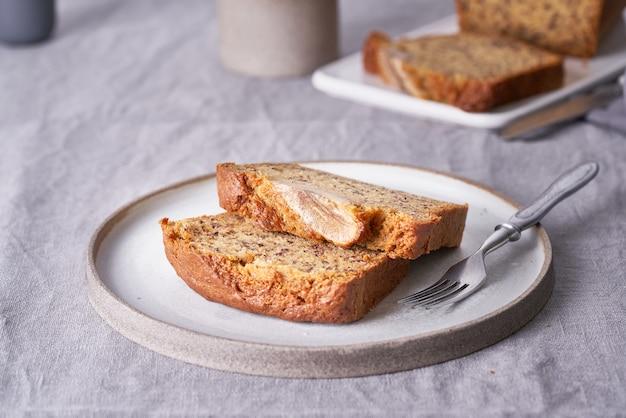 Банановый хлеб. торт с бананом, традиционная американская кухня. ломтики хлеба в тарелке