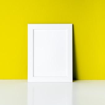 明るい黄色の紙の壁にモックアップします。