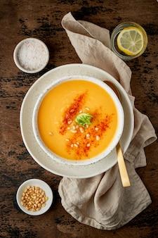 Тыквенный суп с копченой паприкой и кедровыми орешками