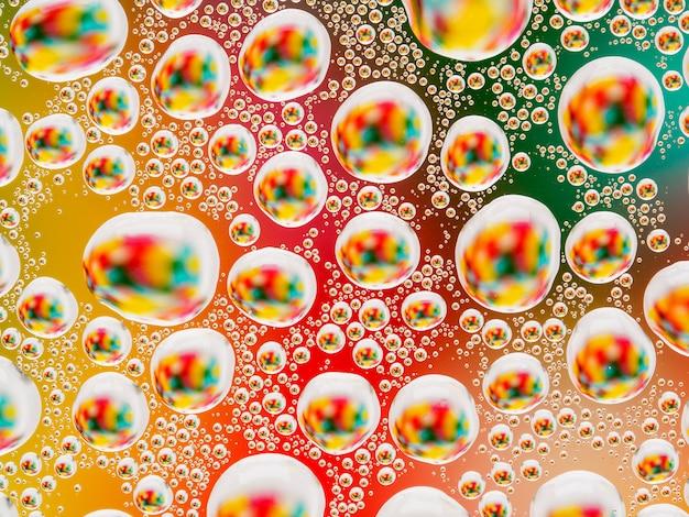 大小の球形凸レンズと抽象的なカラフルな鮮やかな背景