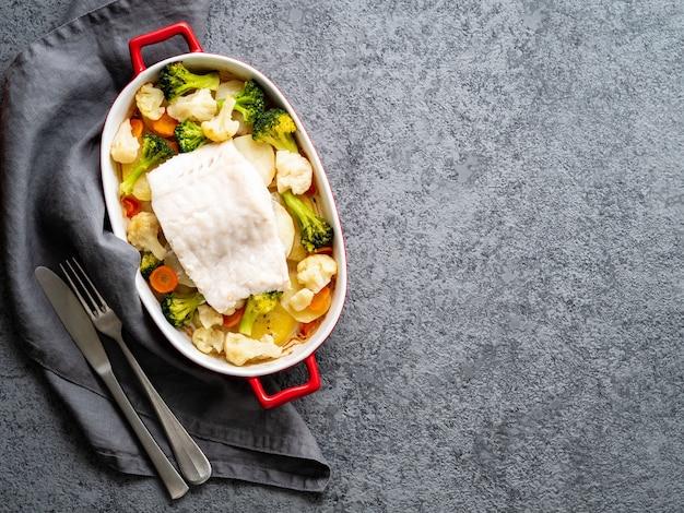 野菜と一緒にオーブンで焼いた魚のタラ - 健康的な食事の健康