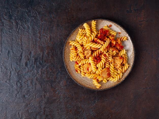 フジッリパスタ、トマトソース、チキンの切り身
