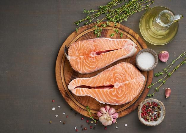 Два стейки лосося, вид сверху, копией пространства. рыбное филе, большие ломтики на разделочной доске