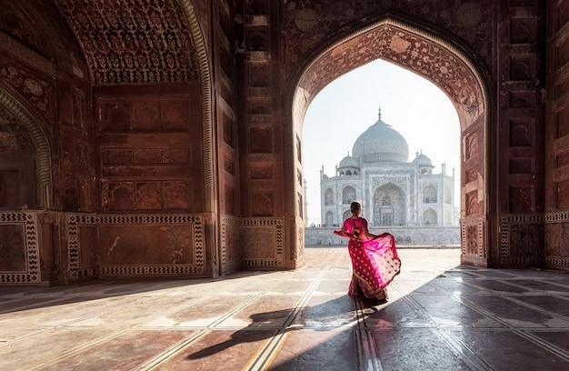 タージ・マハル、アグラ、ウッタル・プラデシュ、インドの赤いサリー/サリーの女性