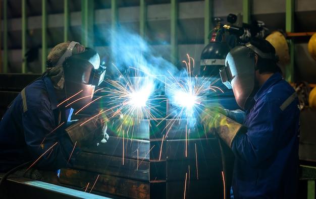 鉄鋼部品を溶接する労働者
