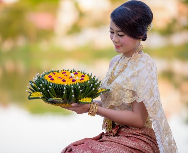 Традиционный фестиваль лой кратонг, тайская женщина, кратонг, таиланд