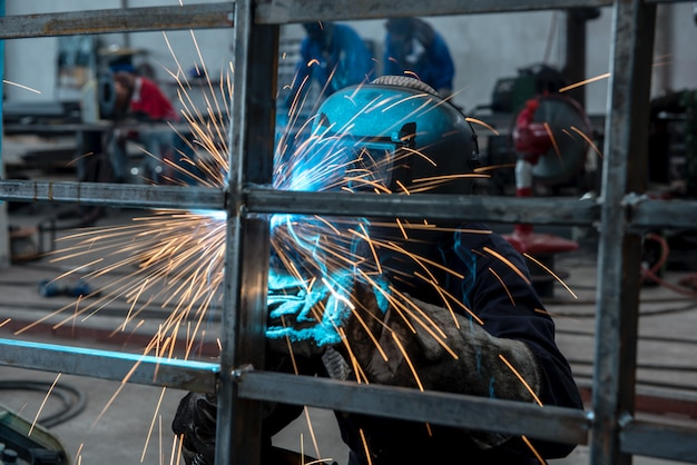 工場内の溶接機