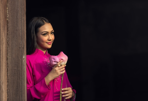 Портрет вьетнамской девушки традиционное платье с лотосом