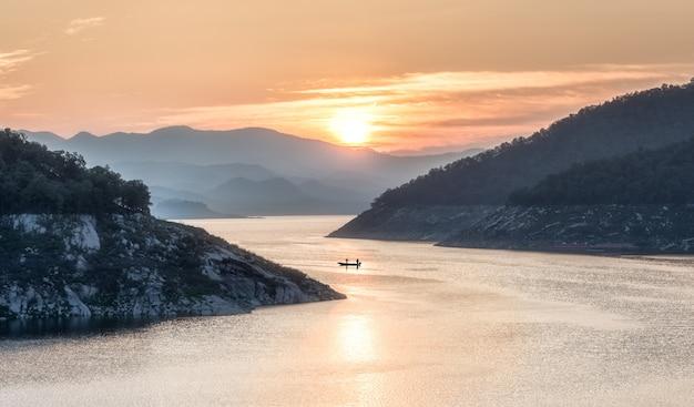 自然の背景、山と太陽のある風景