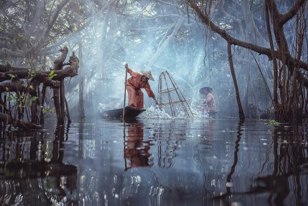 インレー湖、ミャンマーの伝統的なビルマの漁師