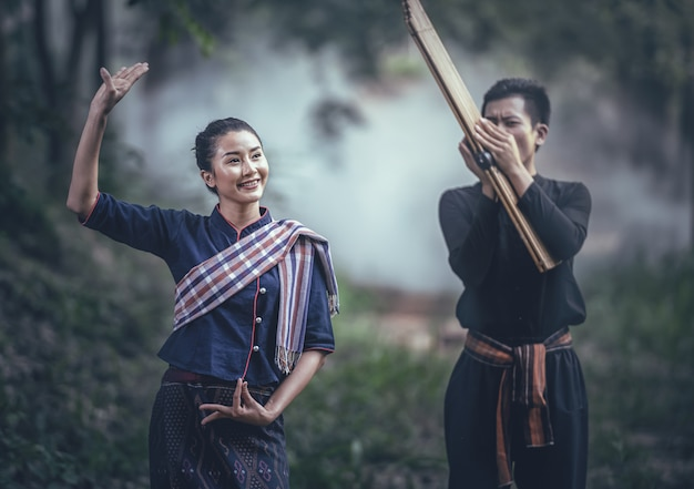 Тайский традиционный танец в соответствии с ритмом музыки в исполнении северо-восточного тростникового органа