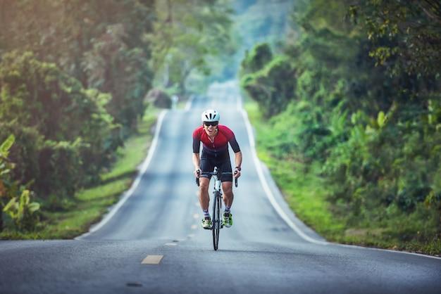 Соревнования по велоспорту, спортсмены-велосипедисты едут на скачках на высокой скорости по горной дороге