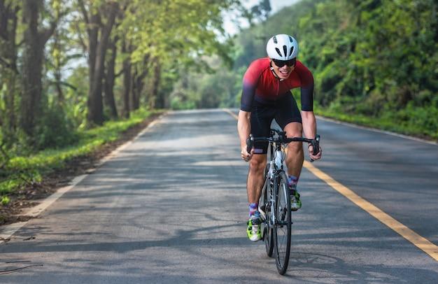 Азиатские мужчины ездят на велосипедах по утрам