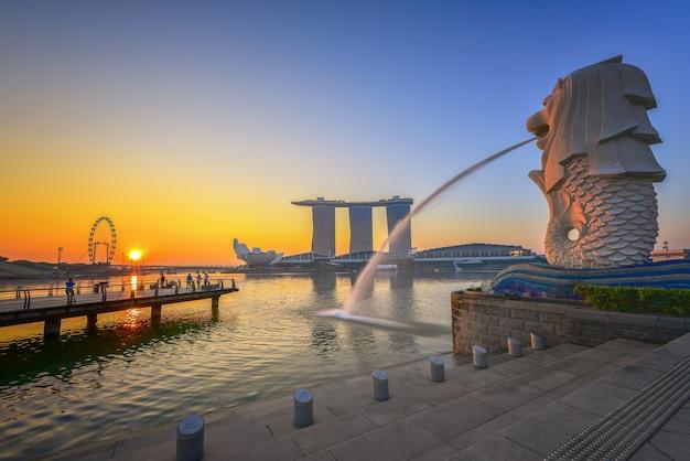 シンガポールの都市のスカイライン、シンガポールマリーナベイの街並み、日の出