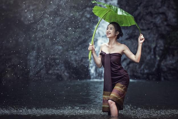 屋外で入浴するアジアのセクシーな女性