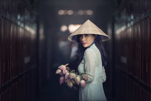 ベトナム文化の伝統的なドレスと美しい女性