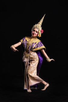 タイの伝統衣装を着たコーン・ショー